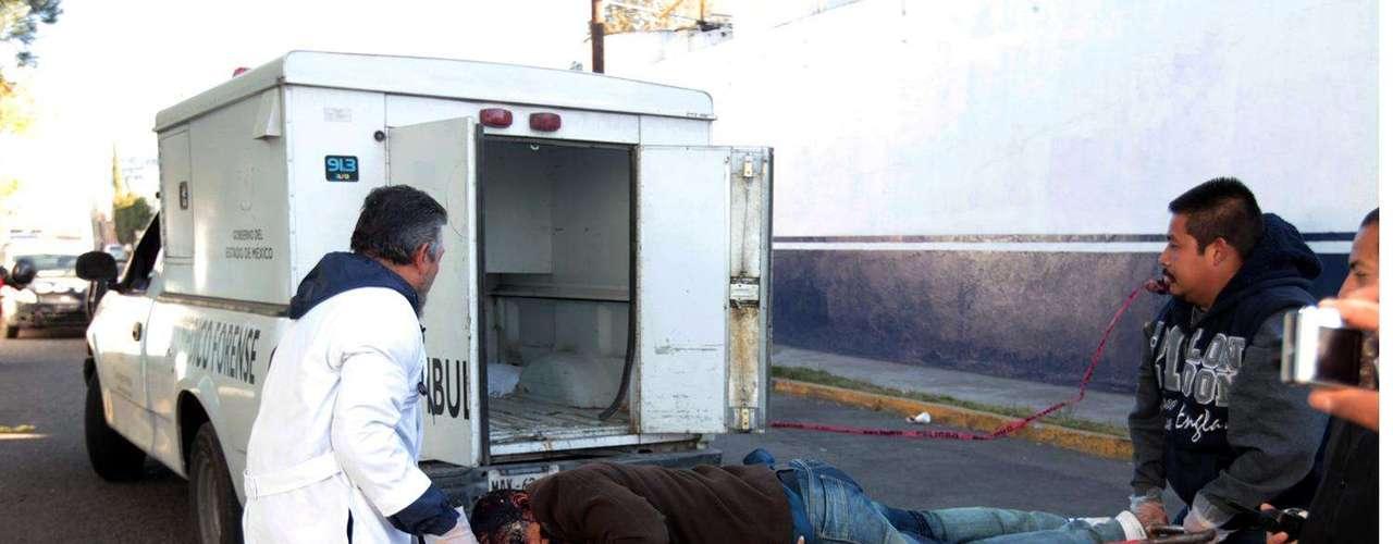 09-enero-2012.- Ejecutado en Ecatepec. Un hombre fue acribillado esta mañana en la zona industrial de la Colonia Urbana Ixhuatepec.