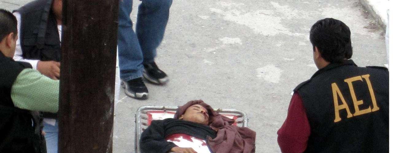 08-enero-2012.- Ejecutado en Monterrey. Un hombre que aparentemente estaba dormido en su casa fue sacado por un grupo armado y ejecutado a balazos, en la Colonia Tanques de Guadalupe, en el sur de Monterrey.