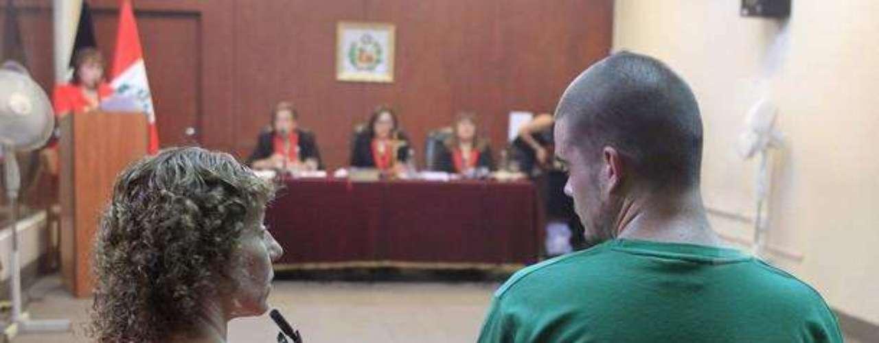 Van der Sloot junto a una interprete espera la sentencia que le imputará una corte en Perú
