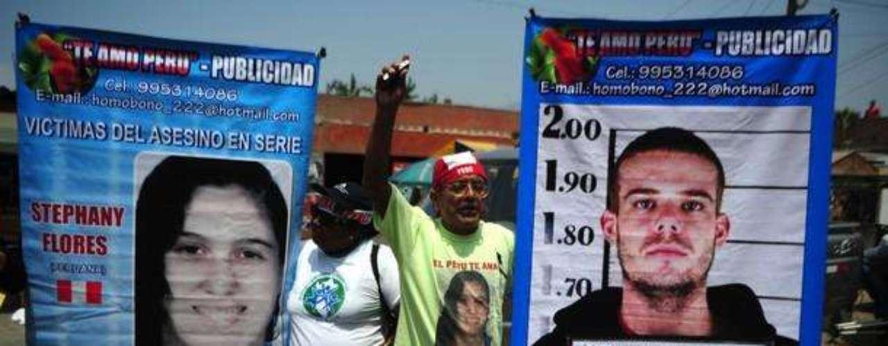Mucha gente en Perú estuvo a las afueras de los tribunales protestando contra el holandés Van der Sloot