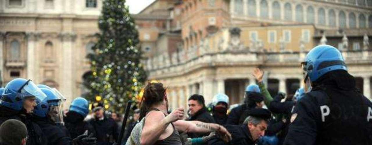 Tras un tira y afloja con la policía, al final agentes antidisturbios les desalojaron de la plaza, entre empujones y enfrentamientos.