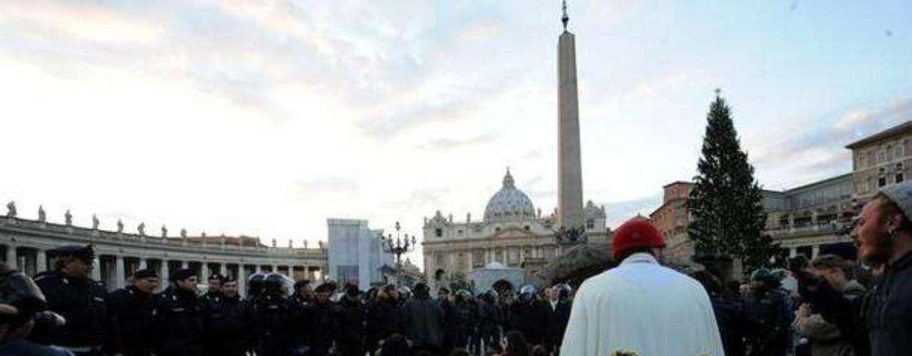 Los manifestantes, uno de los cuales llevaba una túnica en la que estaba escrito Corazón indignado y otro otra en la que se ridiculizaba al pontífice, exhibieron pancartas y gritaron eslóganes como Papa criminal, Vaticano, paga los impuestos como todos, Iglesia corrupta, Libertad y No a la violencia.
