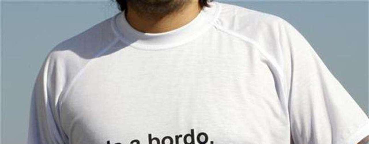 Suba a b o r d o, coño, ordenó De Falco con voz firme, indignada, apasionada, una frase que resonó en las casas italianas y llegó pronto a camisetas con un mensaje equivalente a vuelva a bordo.