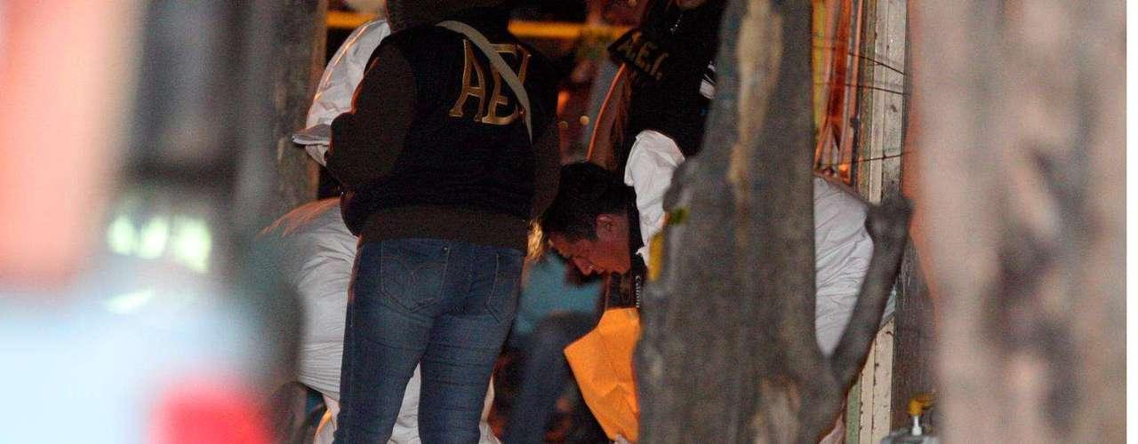 16-enero-2012.- Ejecutado afuera de su casa. Cuando platicaba y tomaba cervezas con un vecino afuera de su domicilio, un hombre fue ejecutado por un desconocido que llegó corriendo y le dio tres disparos de arma de fuego, anoche en la Colonia Valles del Sol, en Guadalupe.