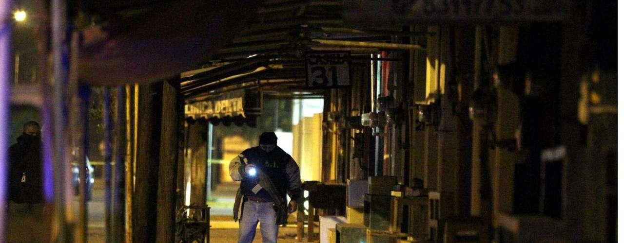 15-enero-2012.- Muerto frente a panteón de NL. Encuentran el cuerpo de un hombre con múltiples impactos de bala frente al Panteón Dolores, entre los puestos de venta de flores.