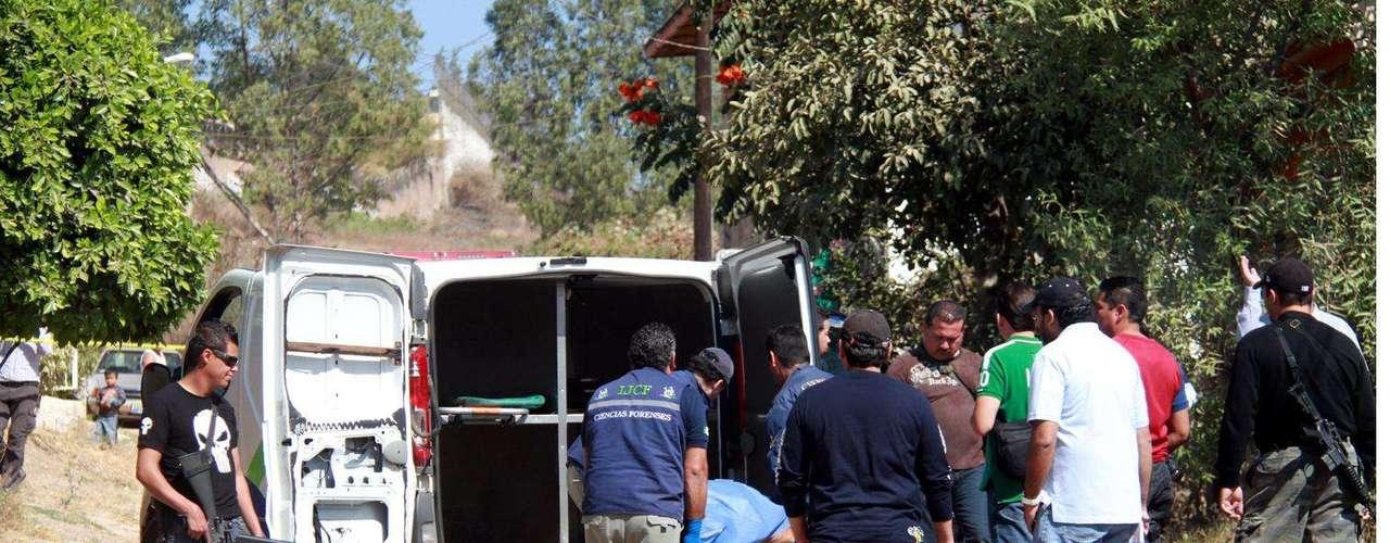 15-enero-2012.- Cadáver en Tlaquepaque, Jalisco. Con la cara y las manos envueltas con cinta canela, este domingo fue encontrado el cadáver de un hombre en un terreno de la Colonia El Tapatío.