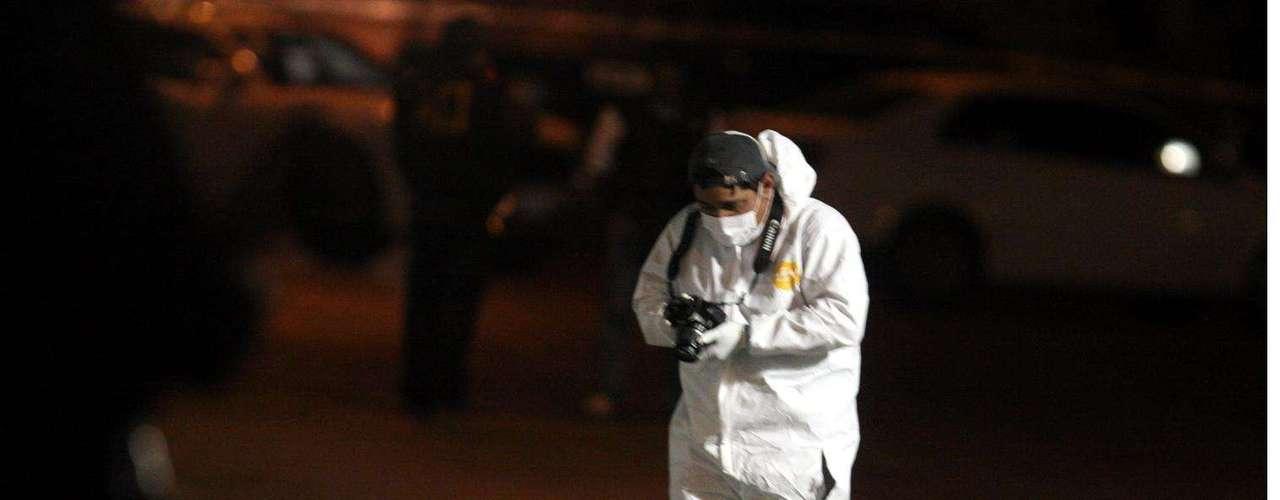 18-enero-2012.- Descuartizados en Monterrey. Una de las víctimas estaba semidesnuda frente al cordón de la banqueta y la otra tenía parte de su cuerpo en una bolsa negra dejada en la Calle Emiliano Zapata.
