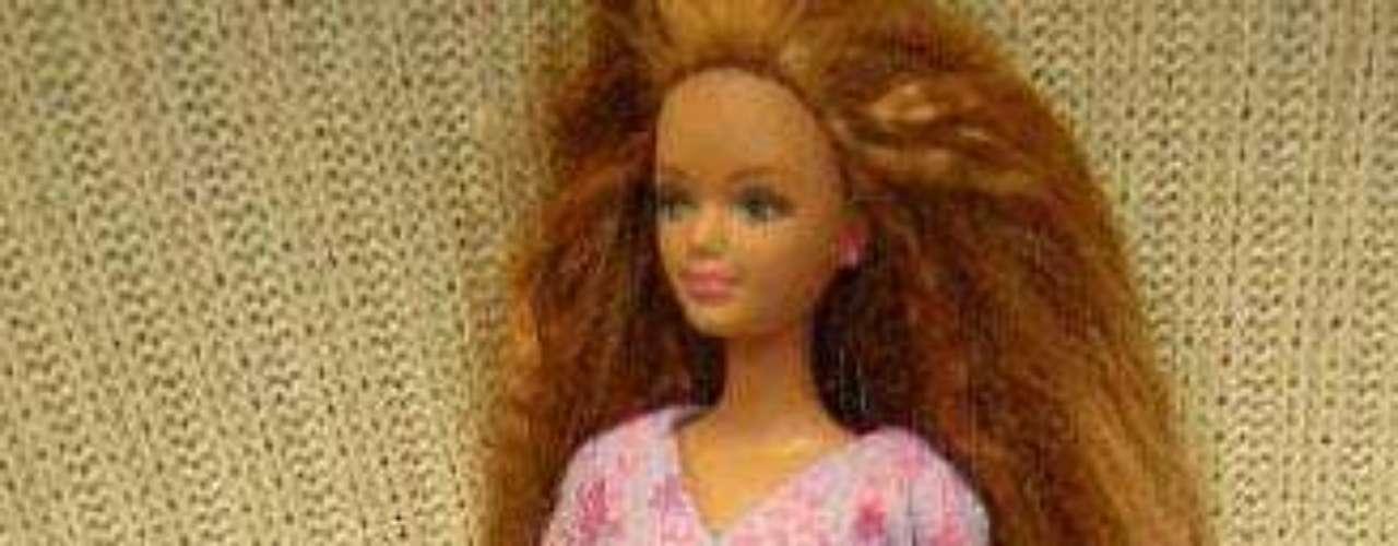 Midge Hadley es una muñeca de la línea Barbie que salió a la venta en 1963, pero que generó controversia  30 años después cuando le hicieron su versión embarazada con Nikki, que era un pequeño bebé en el interior del estómago magnético extraíble.