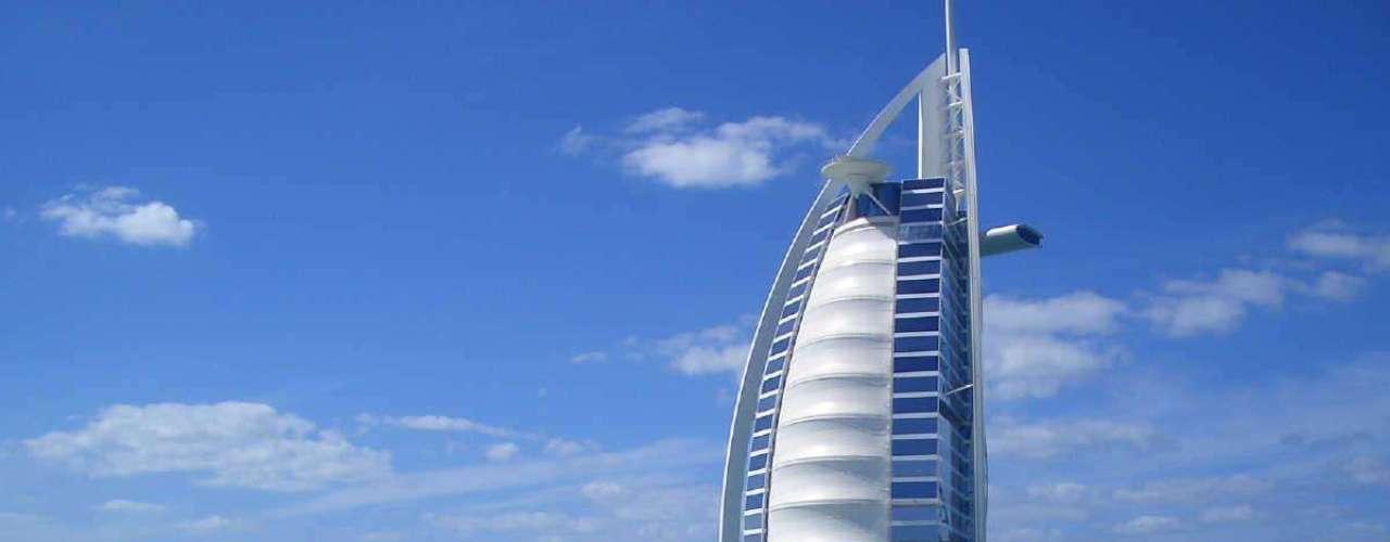 Burj Al-Arab. Es considerado el hotel más elegante y caro del mundo. Mide 321 metros de alto y es el único de siete estrellas que existe.
