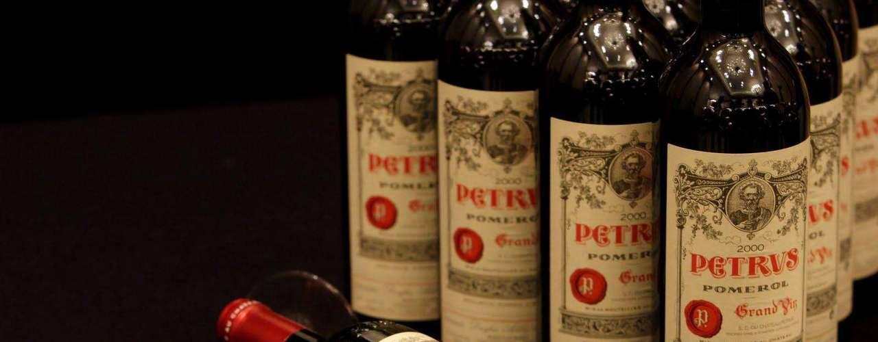 Chateau Petrus Wine. Pétrus es un vino tinto de la región vitícola de Pomerol dentro de Burdeos, de donde es la denominación. Se elabora casi completamente con uva merlot. Es hoy uno de los más apreciados y caros del mundo.