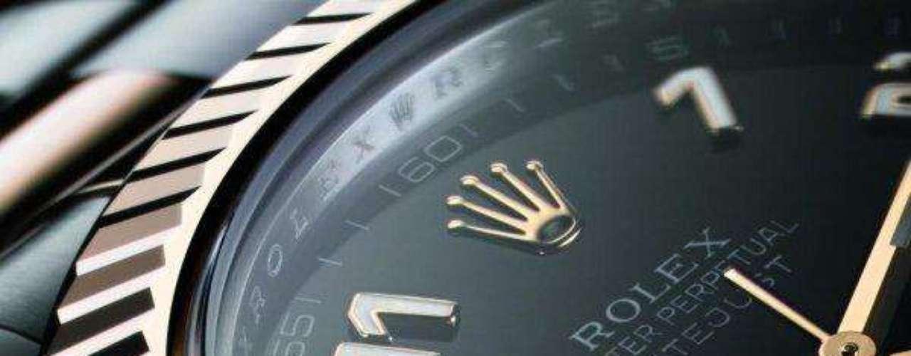 Rolex. Es una empresa suiza de relojes de pulsera y accesorios. Sus artículos son considerados símbolos de un alto poder adquisitivo o de estatus económico elevado. Es considerada por muchos como la más alta expresión de la relojería Suiza.