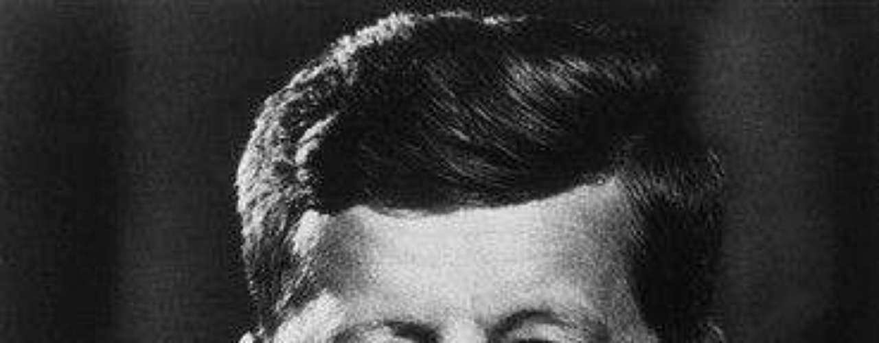 Otro Presidente de Estados Unidos, John F. Kennedy fue relacionado, aunque nunca comprobado, con Marilyn Monroe, quien le cantó el Happy Birthday ante más de 15.000 personas. También se dice que el expresidente asesinado tuvo romances con la actriz Angie Dickinson y la cabaretera Blaze Starr, además de nadar con dos de sus secretarias en la piscina de la Casa Blanca.