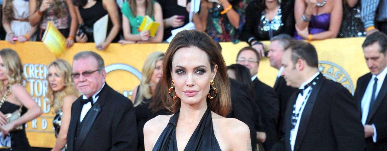 Es definitivo, Angelina Jolie adora el negro y mejor si va en un diseño de corte griego.  Esta vez lució un Jenny Packham con mucha sofisticación, lo combinó con accesorios vintage.