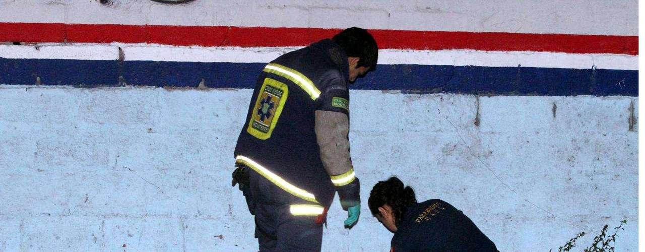 29-enero-2012.- Hallan en Monterrey a mujer ejecutada. La víctima, de unos 25 años, quien no fue identificada, vestía blusa café, una minifalda oscura y unas sandalias blancas.