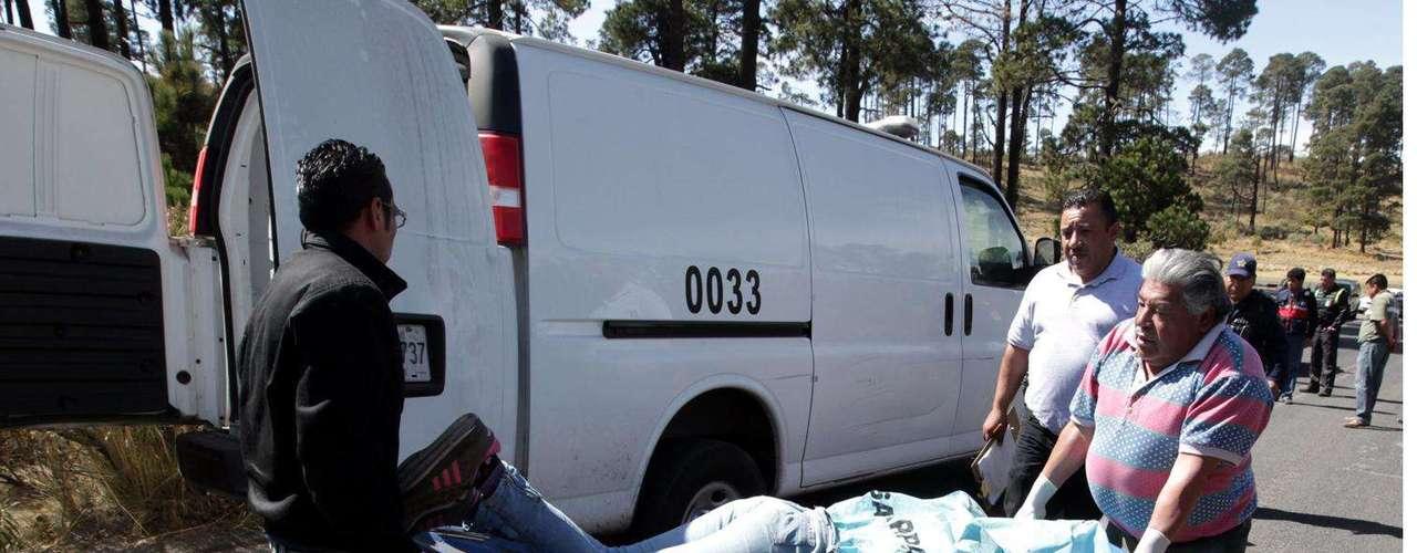 26-enero-2012.- Mujer asesinada en Edomex. El cuerpo de una joven con un disparo de arma de fuego en la cabeza fue localizado en la carretera Xalatlaco-Ajusco, a la altura del kilómetro 16.