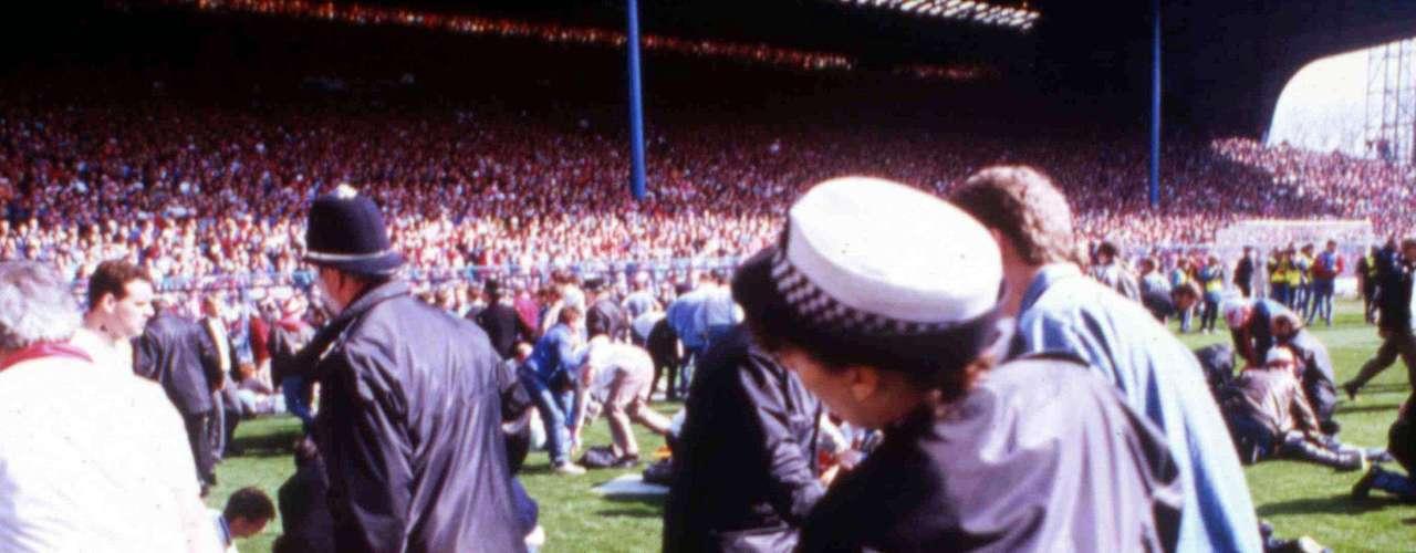 15 de Abril, 1989: Una de las tragedias más conocidas en el mundo del futbol sucede en el FA Cup en el partido entre Liverpool y Nottinham Forest en Hillsborough. Gente tratando de entrar al estadio terminaron atrapados en contra de las vallas rodeando el campo. 96 personas murieron durante el caos.