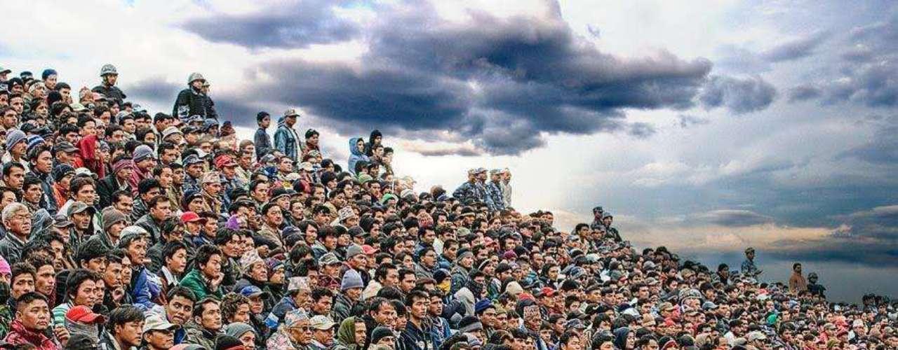 12 de Marzo- Katmandu, Nepal: A la hora de tratar de escapar de una granizada, 93 mueren y 100 más son heridos cuando quedan atorados contra las puertas de salida que se encontraban cerradas con llave.
