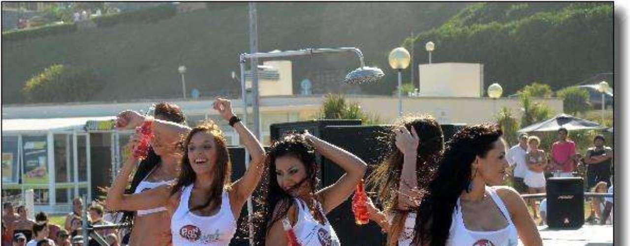 Las chicas se mostraron con entusiasmo en el concurso de remeras mojadas organizado por Pronto en las playas de Mar del Plata. La conducción estuvo a cargo de Osvaldo Príncipi, acompañado por Silvina Luna y con la participación de Adabel Guerrero y Erica Mitdank