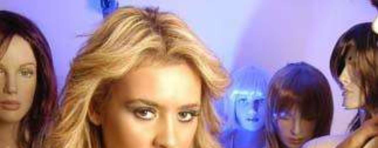 """Dominique Gallego llegó a la televisión el 2007 al participar en """"Pelotón"""" (TVN). En ese momento, la actual participante de """"Mundos opuestos"""" era rubia, tenía 17 años y causó todo un revuelo por bañarse ante las cámaras en topless. Al salir del reality militar protagonizó algunos escándalos faranduleros y se sometió a diversas operaciones para mejorar su cuerpo. Años después, con look renovado, fue la princesa de """"40 ó 20"""". Actualmente, está el reality del 13, tratando de reconquistar a Joche y haciéndole ojitos a Marcelo Marocchino."""