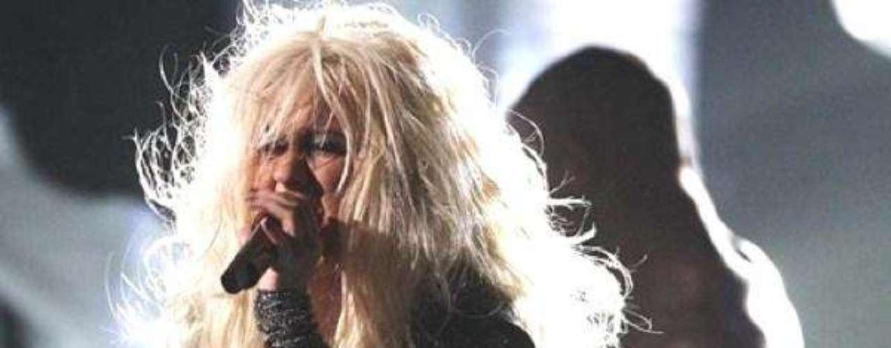 Así lucia en el 2011.  La cantante Christina Aguilera ha sufrido una impresionante transformación a través de los años, en el que no sólo el rastro del tiempo ha dejado huella, sino también un cambio de imagen en su figura y forma de vestir.