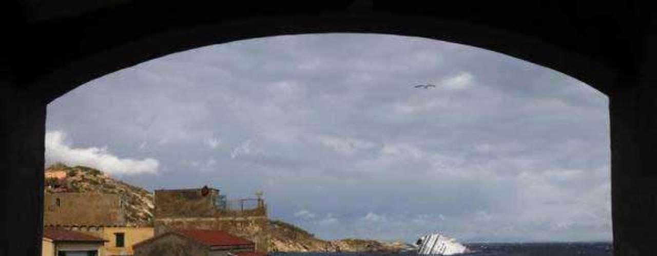 Tras el naufragio del crucero Costa Concordia en las costas de Giglio, en Italia, los buzos se ven tentados por los tesoros hundidos bajo del mar.