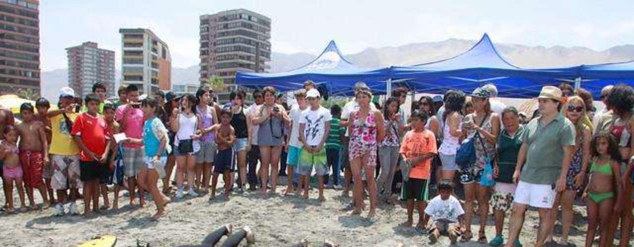 Este domingo, en el marco del Festival Verano Iquique 2012, Karen Doggenweiler lució su espectacular figura en la playa Cavancha de esa ciudad, hasta donde llegó a tener una clase de surf junto a otros rostros de TVN, como Julián Elfenbein y Jean-Philippe Cretton.