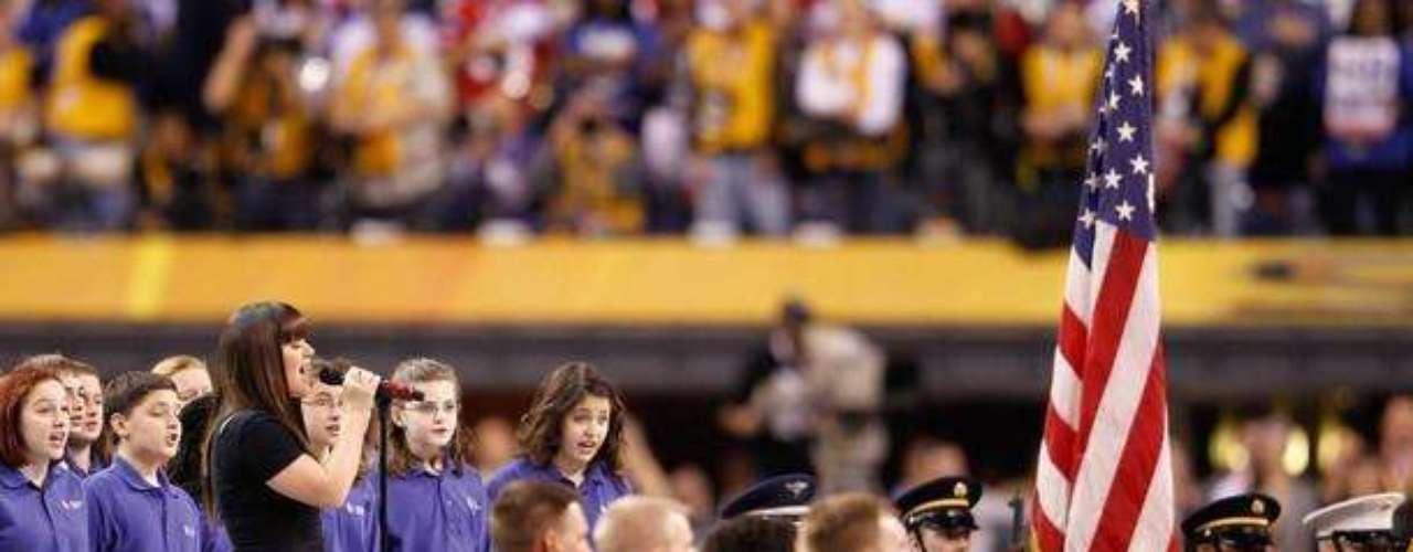 La ganadora del primer American Idol, la cantante Kelly Clarkson, fue la encargada de entonar el himno de los Estados Unidos. Gracias a Dios no hubo errores