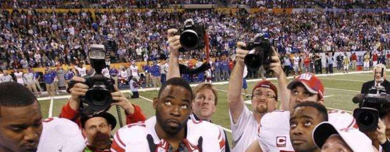 Los jugadores de los Giants en el sorteo con la moneda para dar inicio al Super Bowl. Los Patriots ganaron el sorteo
