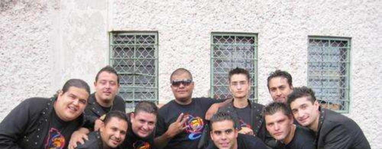 Cinco integrantes de la agrupación de música norteña La 5Ta Banda fueron asesinados en un ataque a balazos, el 4 de febrero de 2012, mientras se presentaban en un salón de baile de una ciudad del estado de Chihuahua en México.