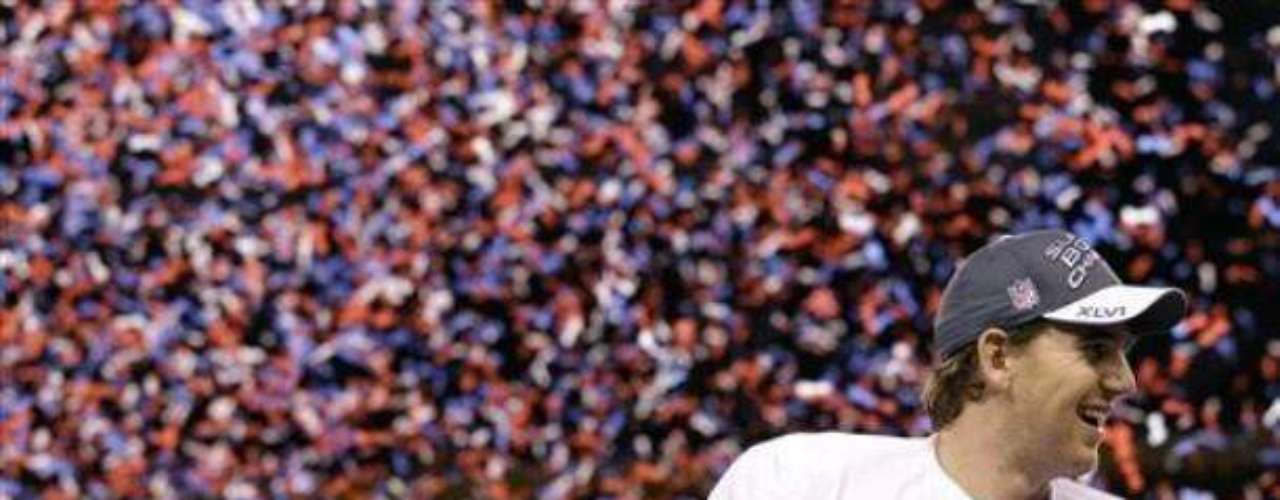 Eli Manning al final sonrió al conseguir el trofeo Vince Lombardi y el premio al mejor jugador del partido