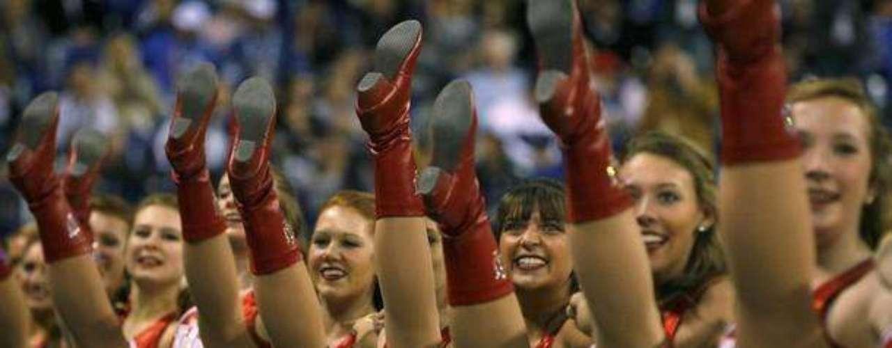 Por su puesto hubo Cheerleaders, auí haciendo su rutina previa al juego