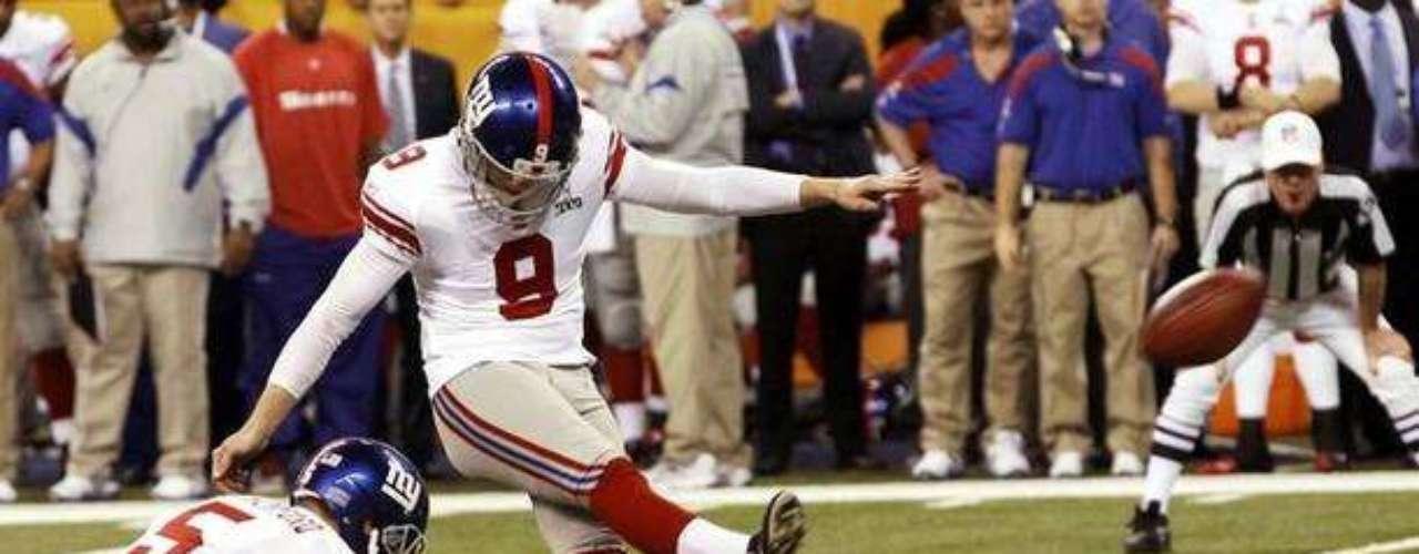 Lawrence Tynes patea el balón para despejarlo cuando los Patriots estaban arriba en el marcador
