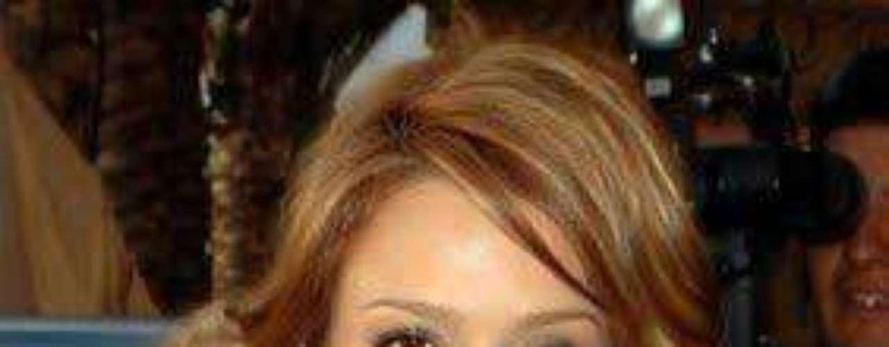 Una muy joven Jessica Alba usó una polera muy provocativa, que tapaba sus senos con un vuelo, que al moverse dejó en evidencia toda la delantera de la actriz.