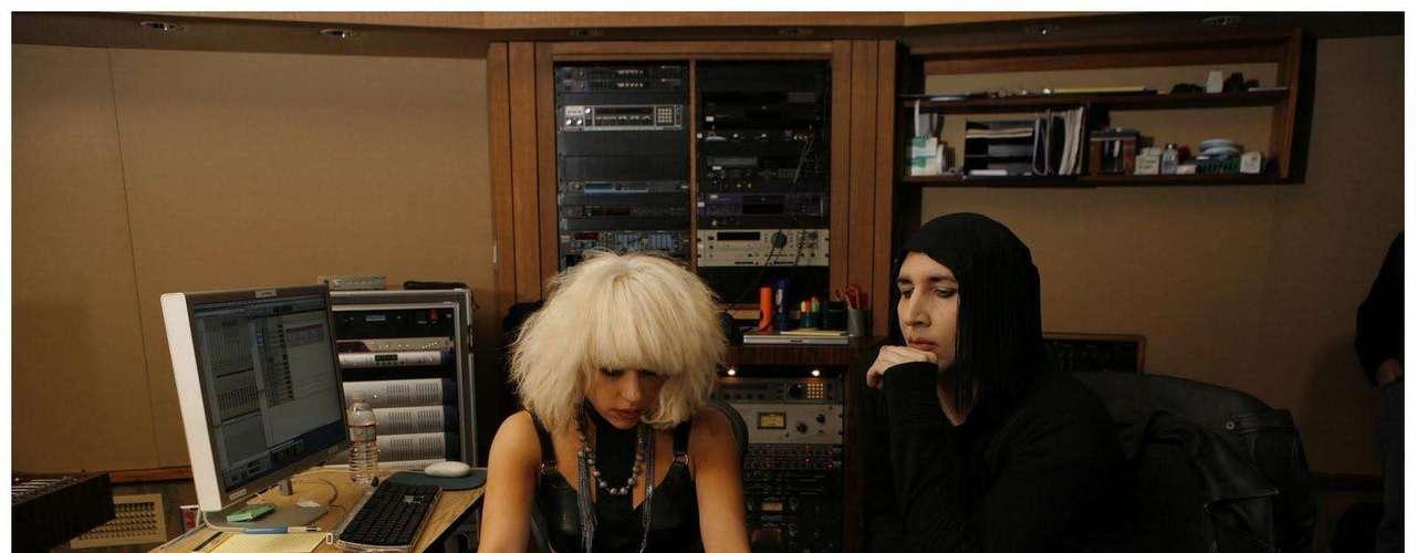 Lady Gaga - Marliyn Manson: Mucho se ha dicho de la excéntrica pareja de músicos, pues además de haber trabajado juntos, al parecer tuvieron una relación que no duró mucho tiempo. El cantante Marilyn se refirió en reiteradas ocasiones a Gaga, exaltando su inteligencia y talento.