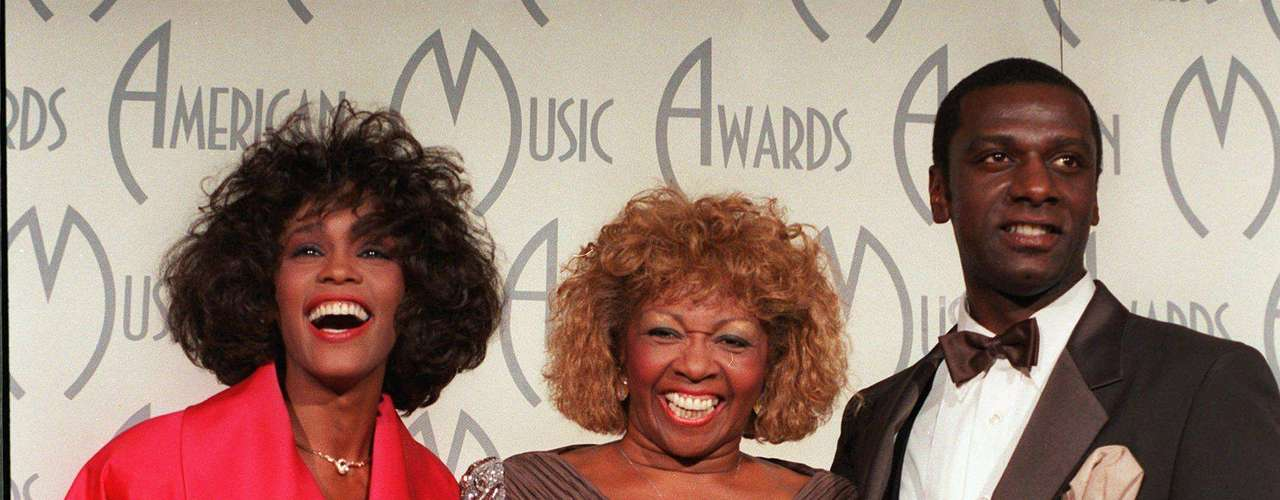 Enero. 26, 1998  - Whitney Houston celebraba su American Music Award junto a su madre y hermano