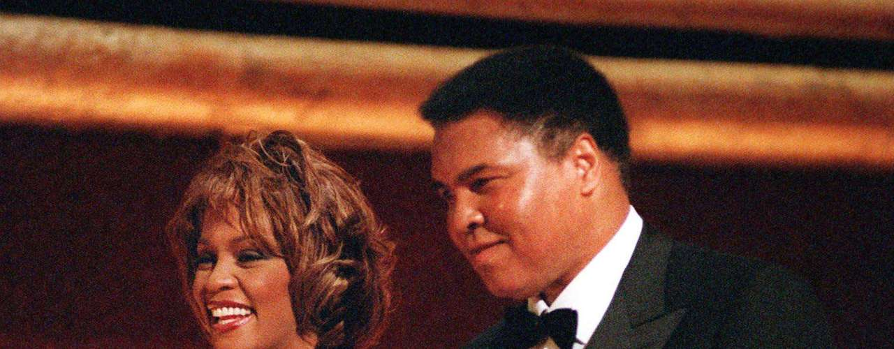 Oct. 21, 1998 - Whitney Houston junto al boxeador Muhammad Ali. La cantante acompañó al deportista a recibir el premio GQ \