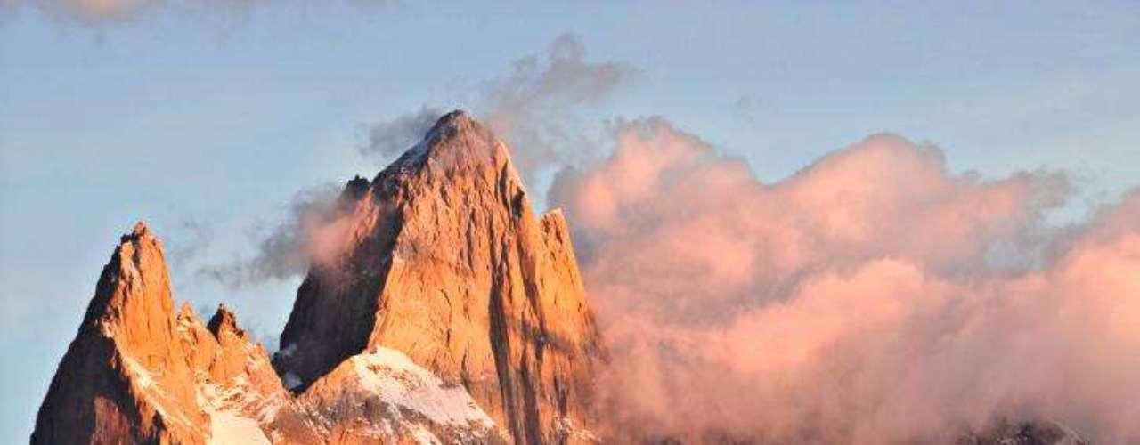 El Monte Fitz Roy es una montaña de 3 mil 375 metros sobre el nivel del mar ubicada al oriente del Campo de Hielo Patagónico Sur en el límite entre Argentina y Chile.
