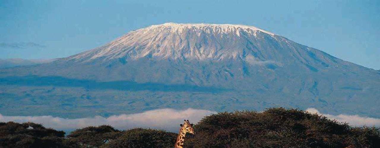 La formación más alta de África se llama Kilimanjaro y cada año atrae a cientos de amantes del senderismo.