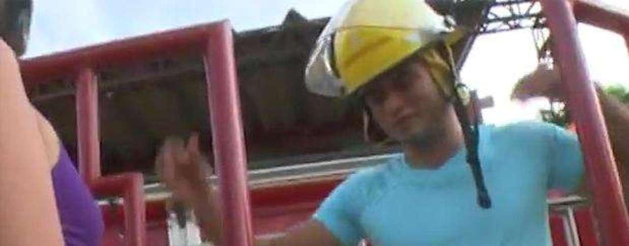 El video de 57 minutos de duración realizado en la estación de bomberos de Puerto Colombia muestra a una pareja que mantiene relaciones sexuales en algún momento en el camión de las emergencias y en el que se ve claramente el escudo de la Gobernación del Atlántico, departamento al que pertenece Puerto Colombia.