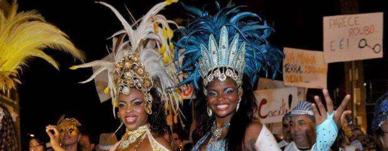 Fantasias típicas de las escolas de samba también en la noche de Rio