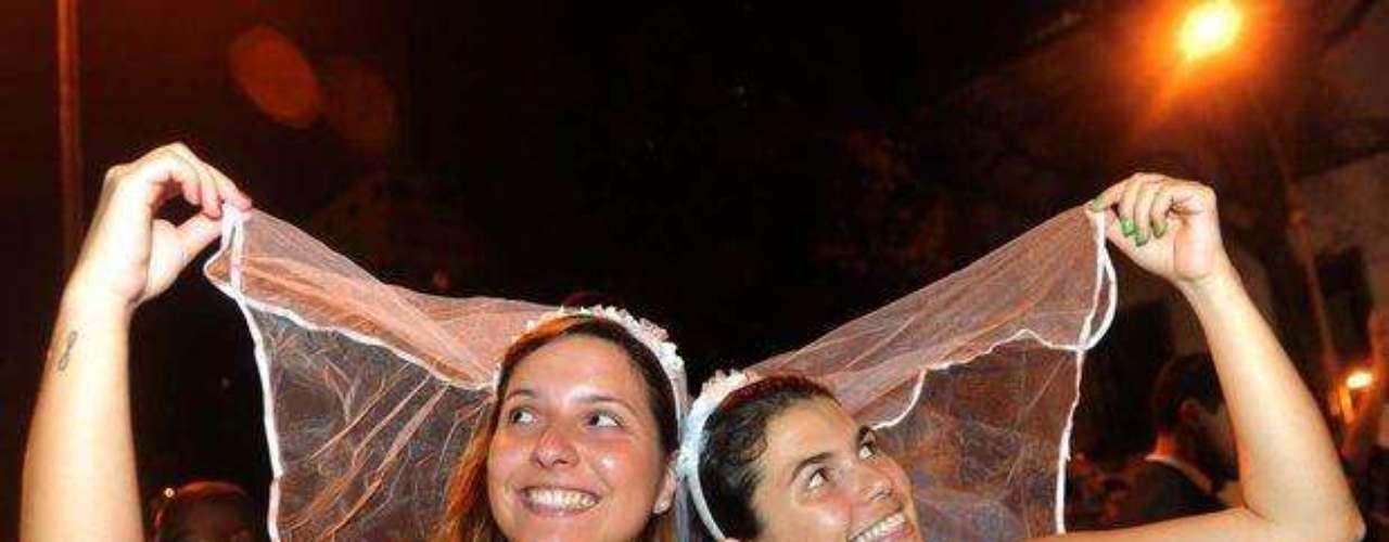 Las chicas descotnracturadas se divierten en el carnaval de Rio