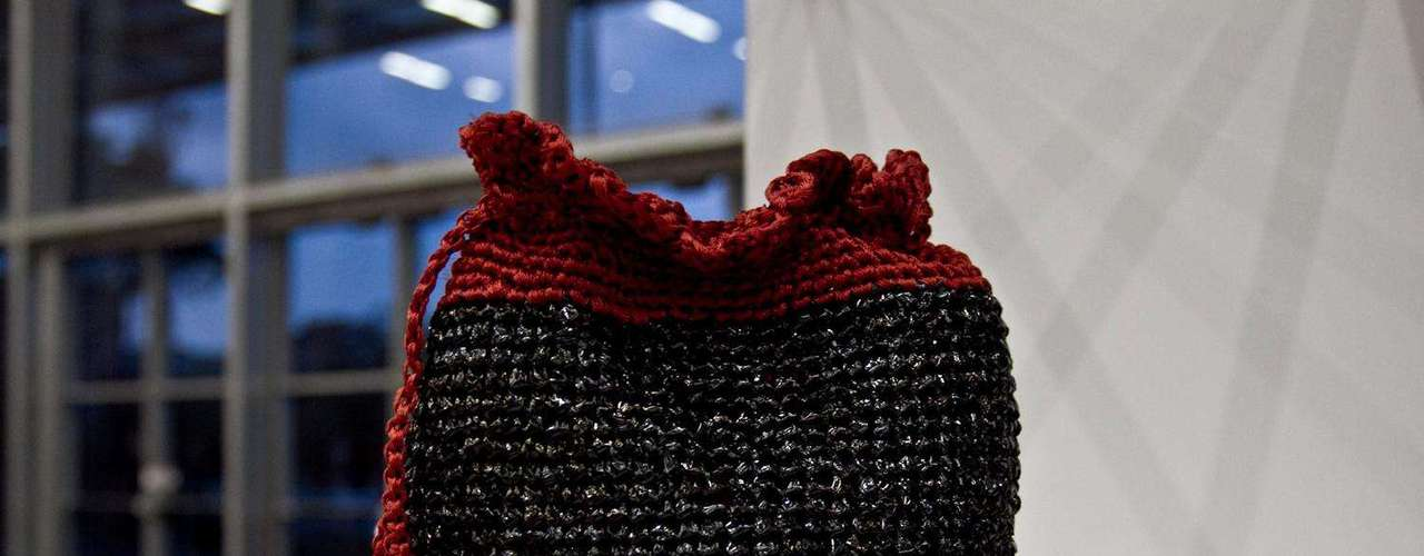 Estos diseños además de ser innovadores y hermosos son creados por mujeres de la fundación tejedoras de esperanza. Esta fundación se encarga de capacitar en tejido a mujeres que por su edad  no encuentran un trabajo digno ellas se encargan  de diseñar productos como los que mostramos.  Los materiales que utilizan esta mujeres son bolsas de basura y plásticos que se emplean para empacar productos. Salón futuro se encargó de reunir lo mejor del diseño de joyería, marroquinería y calzado, bisutería y accesorios. Esta convocatoria se convierte en una vitrina para los nuevos talentos de la moda colombiana.