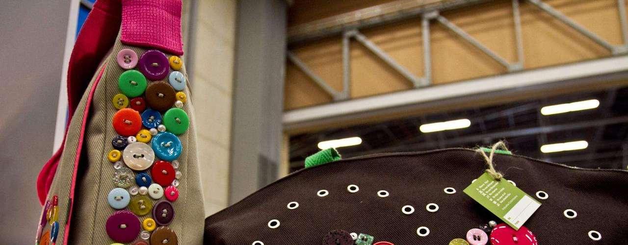 Gl Green's  propone una línea de camisetas y carteras en lona que son decoradas con botones de todos los tamaños y colores creando un articulo creativo y muy llamativo. Salón futuro se encargó de reunir lo mejor del diseño de joyería, marroquinería, calzado, bisutería y accesorios. Esta convocatoria se convierte en una vitrina para los nuevos talentos de la moda colombiana