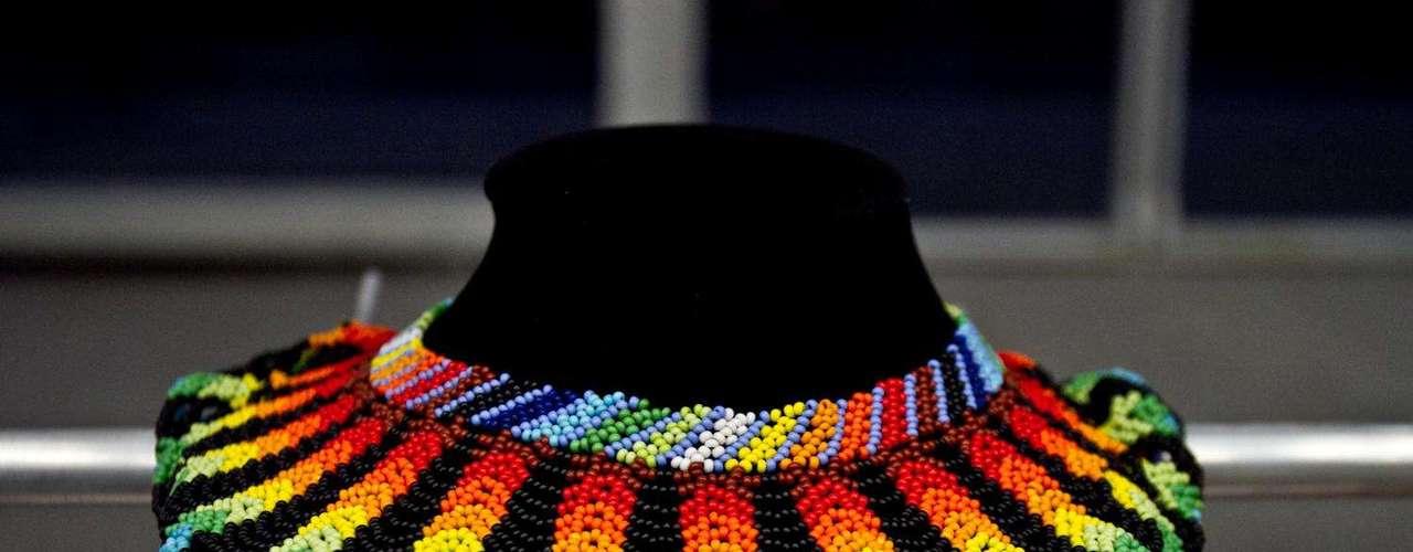 La etnia indígena Embera o gente del maíz nos comparte su arte y cultura a través de increíbles diseños en chaquira tejida. Salón futuro se encargó de reunir lo mejor del diseño de joyería, marroquinería,  calzado, bisutería y accesorios. Esta convocatoria se convierte en una vitrina para los nuevos talentos de la moda colombiana