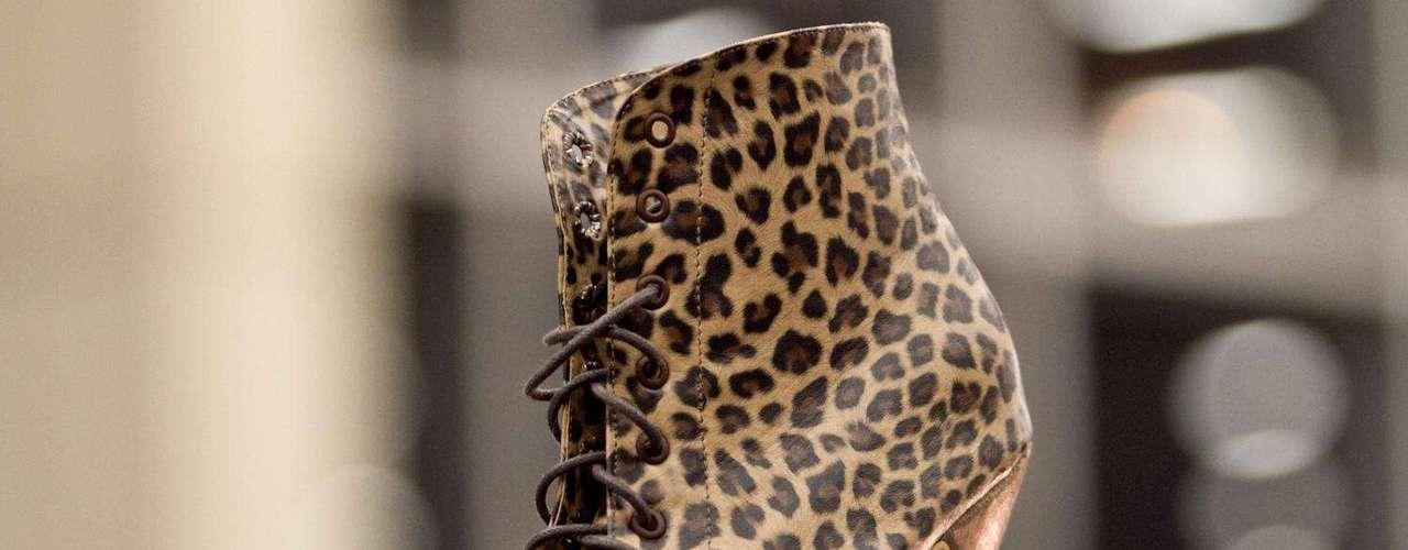 Yara Aristizabal es una joven diseñadora que se encarga de crear y diseñar todo tipo de calzado. Salón futuro se encargó de reunir lo mejor del diseño de joyería, marroquinería, calzado, bisutería y accesorios. Esta convocatoria se convierte en una vitrina para los nuevos talentos de la moda colombiana.