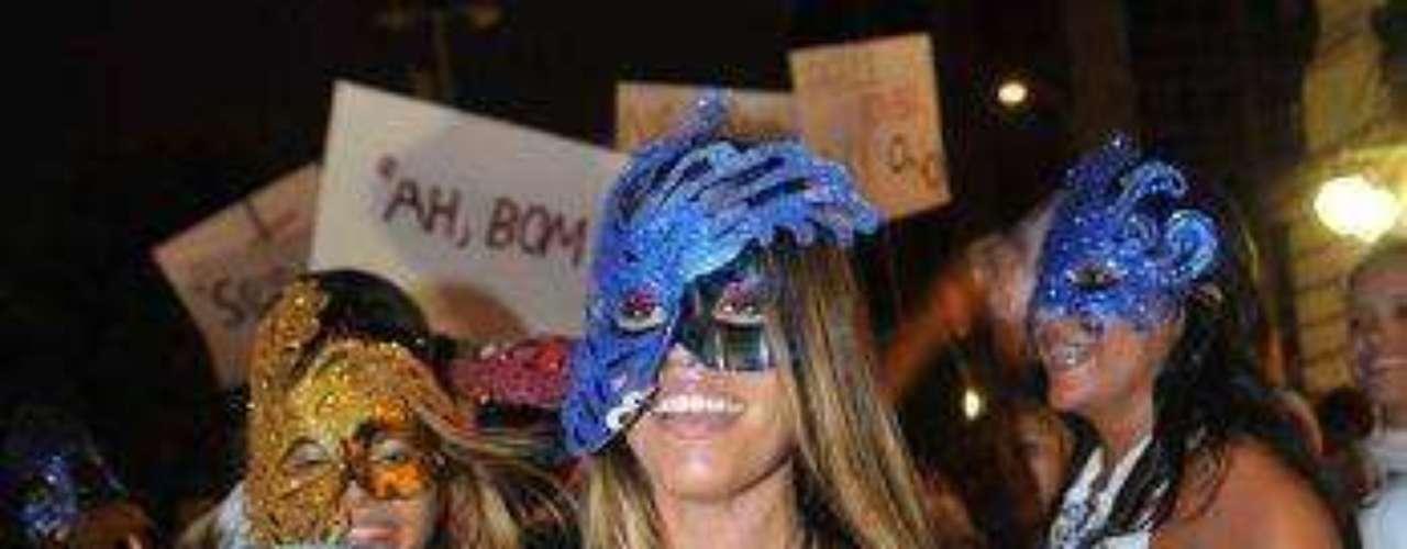 Mujeres con cuerpos esculturales y pintados se destacaron en el carnaval de Río de Janeiro. La gente invadió las calles con la acostumbrada alegría brasilera.