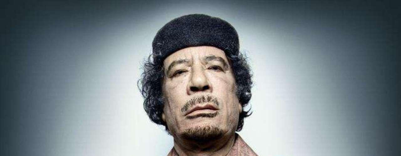Otros ni siquiera están vivos, entre ellos el caso más famoso es el del desaparecido líder libio Muamar el Gadafi, que posó sentado en un taburete envuelto en joyas y oropeles mientras lanzaba a la cámara una mirada hosca.