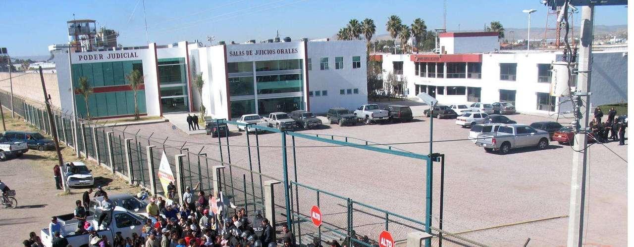 El 14 de agosto de 2009 murieron 20 reclusos y otros 26 resultaron heridos durante una riña ocurrida en el penal del municipio de Gómez Palacio, en Durango. Meses después, el 20 de enero de 2010, murieron 23 reclusos por otra reyerta en el Centro de Readaptación Social (Cereso) número uno de la capital del mismo estado.