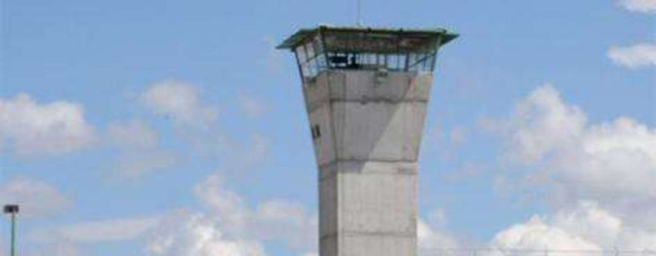 17-de diciembre-2010.-La SSP informó que 141 reos se fugaron del penal de Nuevo Laredo, Tamaulipas, situación que obligó a que se desplegara un fuerte operativo de búsqueda por toda la ciudad que comparte frontera con Laredo, Texas.