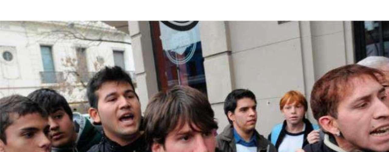 El año pasado, cuando Messi visitó Rosario, su ciudad de origen en Argentina, en medio de seguidores que lo aclamaban, un hincha se acercó y le pegó en la cabeza. En el momento de la foto se ve como algunos de los hinchas de Messi reaccionaron tras el golpe del agresor que salió corriendo